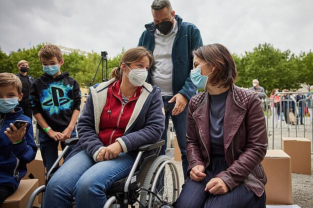 Bundeskanzler-Kandidatin Annalena Baerbock im Gespräch mit einer Besucherin. - Foto: Tobias Köhler