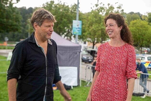 Robert Habeck mit Maria Krieger - Bundestagsdirektkandidatin für den Wahlkreis 228 Landshut Kelheim - Foto: Schoyerer