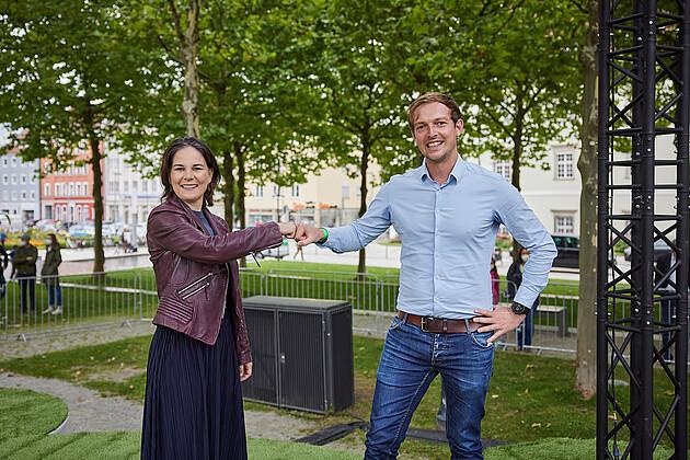 """Corona-Umarmung"" Annalena Baebock und Matthias Schwinger. - Foto: Tobias Köhler"